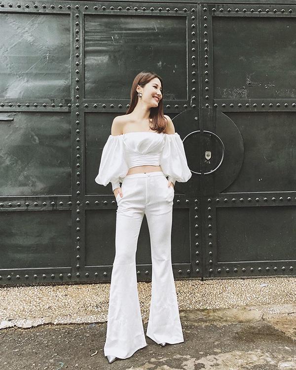 Diễm My thể hiện vẻ đẹp theo phong cách được ưa chuộng ở những năm 70 với quần ống loe và áo tay phồng ấn tượng.