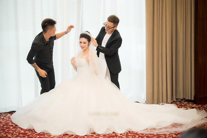 1. Váy cưới quây cúp ngực: Trong ngày cưới diễn ra vào 21/7 tại Hà Nội, Tú Anh đã hóa thân thành nàng công chúa xinh đẹp, lộng lẫy với chiếc váy cưới đính 20.000 viên pha lê và đá Swarovskicủa NTK Chung Thanh Phong.Ảnh:Lê Chí Linh