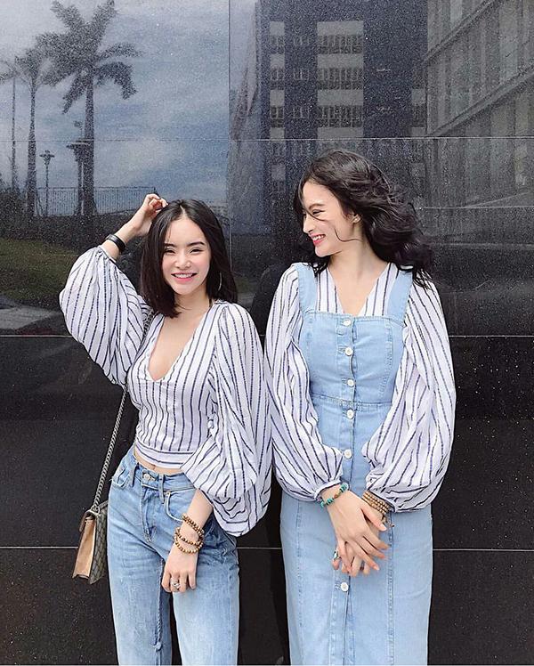 Diện cùng kiểu áo tay phồng hot trend nhưng Angela Phương Trinh và em gái lại có những cách mix -match khác nhau.