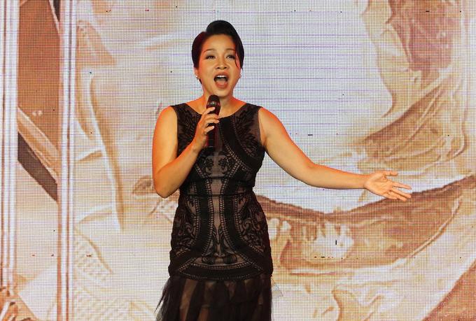 Diva Mỹ Linh biểu diễn các ca khúc gắn liền với tên tuổi của cô như Hương ngọc lan, Sống như những đóa hoa, Lời mẹ hát.