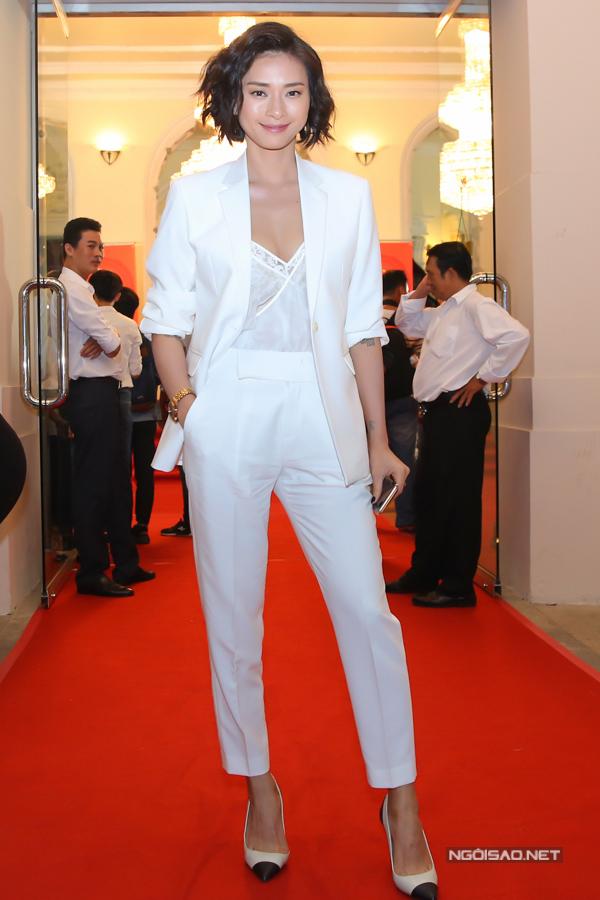 Trong khi đó, Ngô Thanh Vân chọn phong cách menswear với bộ suit kết hợp áo ren sexy.