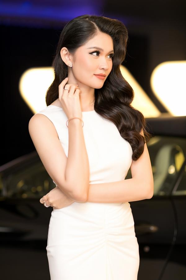 Thùy Dung là Á hậu 2 Hoa hậu Việt Nam 2016. Đạt được ngôi vị danh giá, cô vẫn tiếp tục hoàn thành việc học tại khoa Tài chính quốc tế Đại học Ngoại thương TP HCM.