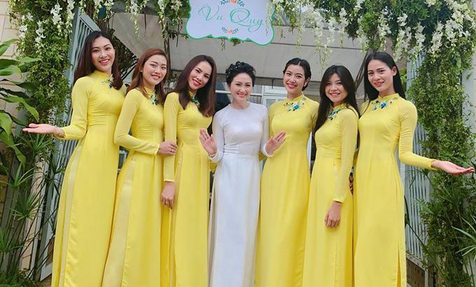 Trước đó, hôm 21/7, Thúy Vân và dàn người đẹp Hoa khôi Áo dài về Đồng Nai giúp Thanh Nhàn bưng quả trong lễ vu quy.