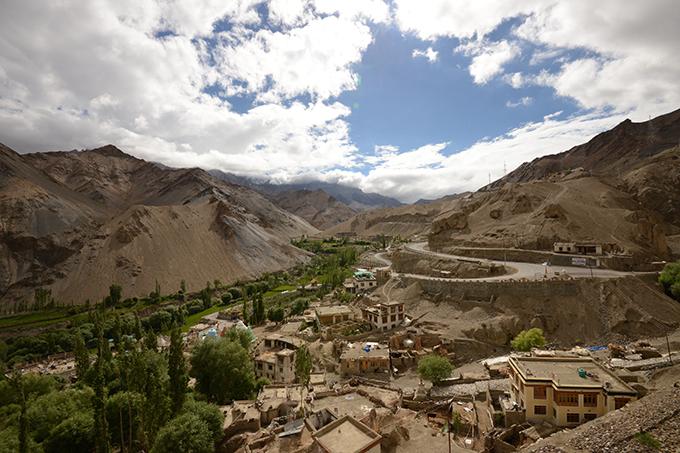 Ladakh - tại sao phải đi một lần trong đờiLadakh là khu vực bí ẩn của đất nước Ấn Độ, đòi hỏi khách du lịch kể cả địa phương hay nước ngoài, khi muốn tham quan toàn bộ vùng đất này đòi hỏi phải chuẩn bị rất nhiều giấy thông hành đặc biệt.Ladakh - tại sao phải đi một lần trong đời - 1
