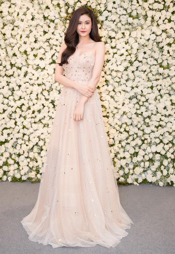 Ca sĩ Trương Quỳnh Anh đẹp nhẹ nhàng trong chiếc váy màu nude bồng bềnh.