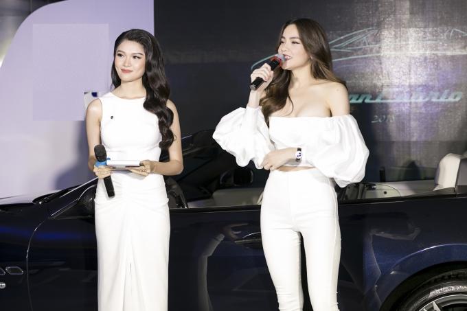 Sự xuất hiện của hai người đẹp nhanh chóng trở thành tâm điểm của chương trình.