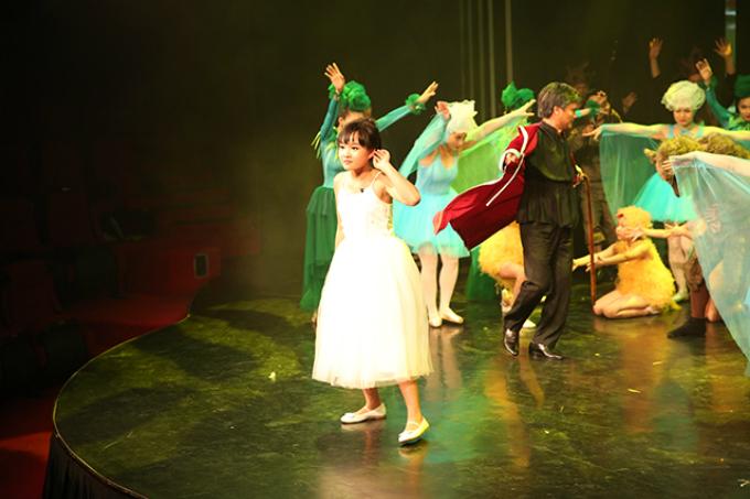 Dưới giọng kể tài tình của người dẫn chuyện kết hợp với ngôn ngữ hình thể cùng âm nhạc sống động, các khán giả nhí tại sân khấu Nhà hát Star Galaxy được chìm đắm trong không gian rực rỡ của thiên nhiên và cuộc chiến đấu đầy căng thẳng với chó sói.