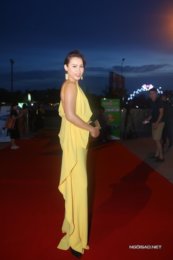 Hoa hậu Ngọc Khánh xuất hiện thanh lịch, cuốn hút với bộ váy gam màu vàng của nhà thiết kế Đỗ Mạnh Cường.