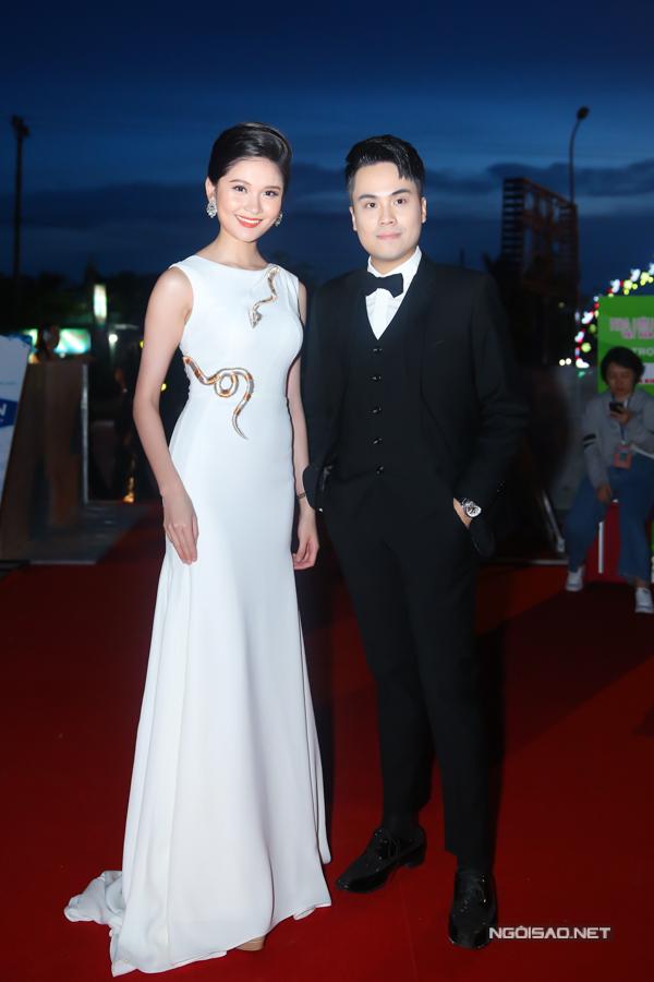 Á hậu Thuỳ Dung diện váy thanh lịch của nhà thiết kế Lê Lucas. Cô dẫn chương trình thảm đỏ cùng MC Thái Dũng. Đây cũng là lĩnh vực mà người đẹp đang nỗ lực rèn luyệntheo đuổi sau khi tốt nghiệp Đại học Ngoại thương TP HCM.