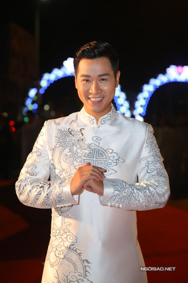 MC Nguyên Khang chọn trang phục áo dài lên thảm đỏ.