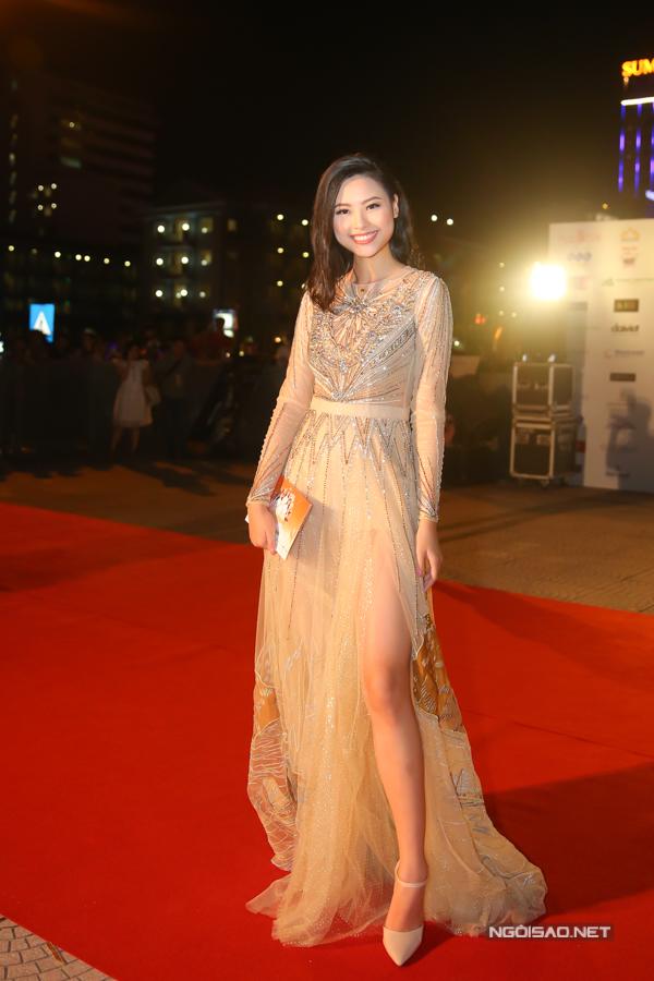 Đào Thị Hà - top 5 Hoa hậu Việt Nam 2016 - dự thảm đỏ và sau đó ra sân bay về TP HCM vì có công việc riêng.