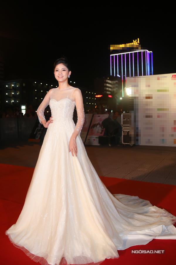 Á hậu Thanh Tú hoá công chúa với bộ váy dạ hội phom dáng bồng bềnh.