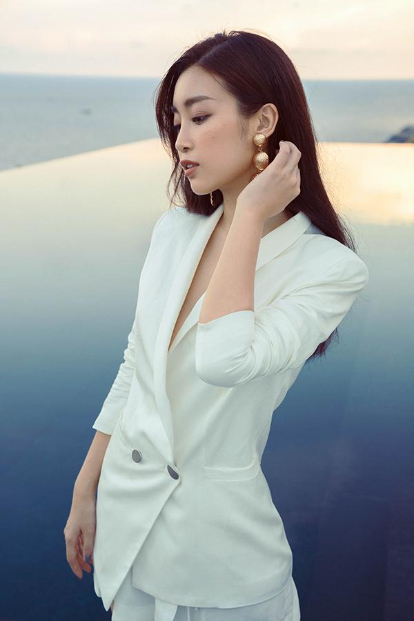 Đỗ Mỹ Linh khoe dáng cùng các mẫu váy cắt xẻ gợi cảm - 11