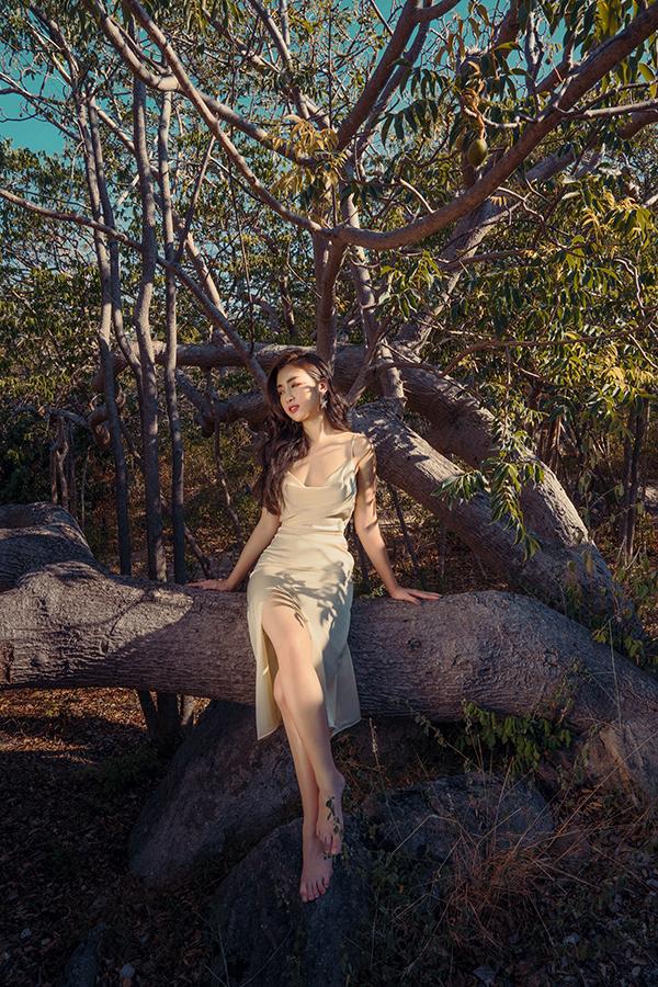 Đỗ Mỹ Linh khoe dáng cùng các mẫu váy cắt xẻ gợi cảm - 6