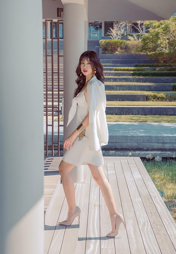 Đỗ Mỹ Linh khoe dáng cùng các mẫu váy cắt xẻ gợi cảm - 9