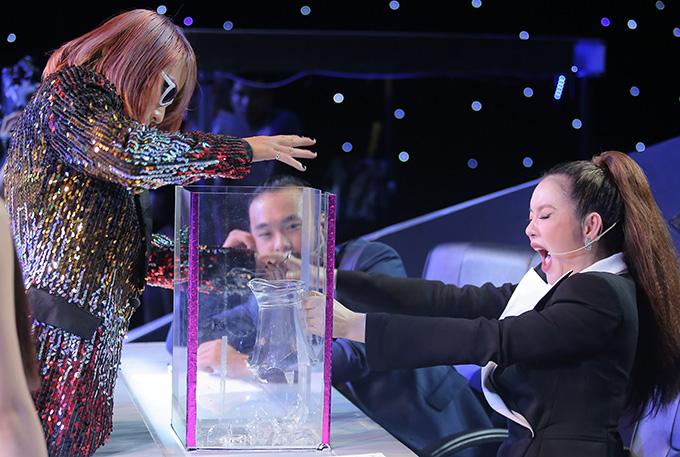 Mở đầu tiết mục, J bất ngờ tiến về bàn giám khảo và nhờ tới sự trợ diễn của Lý Nhã Kỳ. Nữ giám khảo trải qua nhiều cảm xúc, từ hào hứng, bất ngờ đến hốt hoảng khi được J cầm tay xuyên qua hộp thủy tinh.