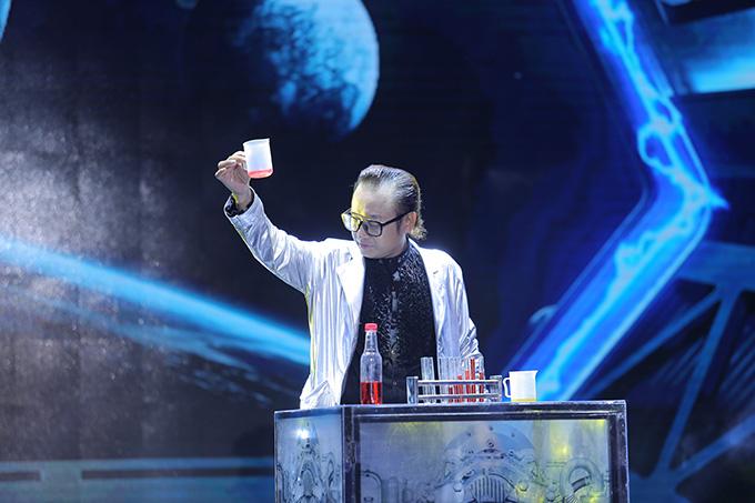 Giống như Đức Joker, thí sinh Lư Phong cũng được 98 điểm và giành vị trí Á quân.Là người biểu diễn đầu tiên trong đêm thi, anh vào vai một nhà khoa học với những thử nghiệm, sáng chế kỳ quái. Lư Phong mang lên sân khấu những đạo cụ lớn, trình diễn các màn cắt người làm 8, người nằm trên cây chông, người xuyên quạt...