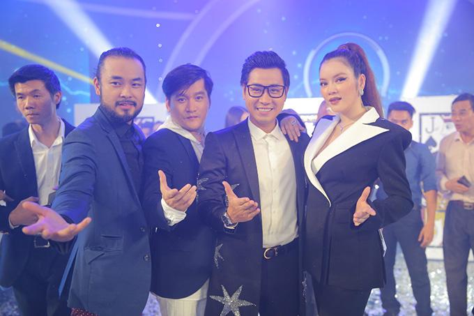 Bộ ba giám khảo bao gồmPetey Majik, Palmas Nguyên và Lý Nhã Kỳ chụp ảnh cùng MC Nguyên Khang sau khi chương trình kết thúc.