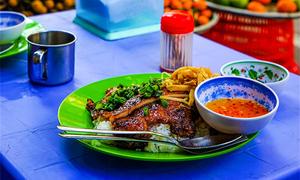 Du khách nước ngoài: Ẩm thực đường phố Sài Gòn ăn một tháng không hết