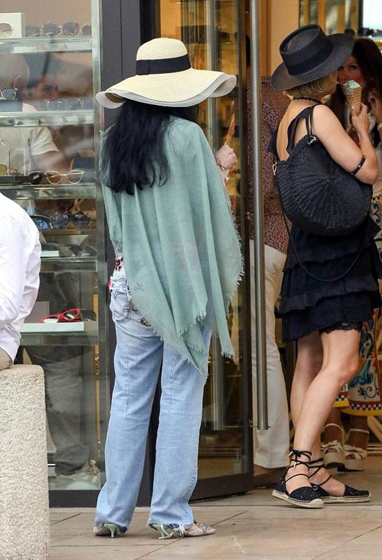 Cher đi nghỉ sau một tuần bận rộn quảng bá phim Mamma Mia! Here We Go Again. Nữ ca sĩ góp mặt trong phần 2 với vai bà ngoại của Sophie.