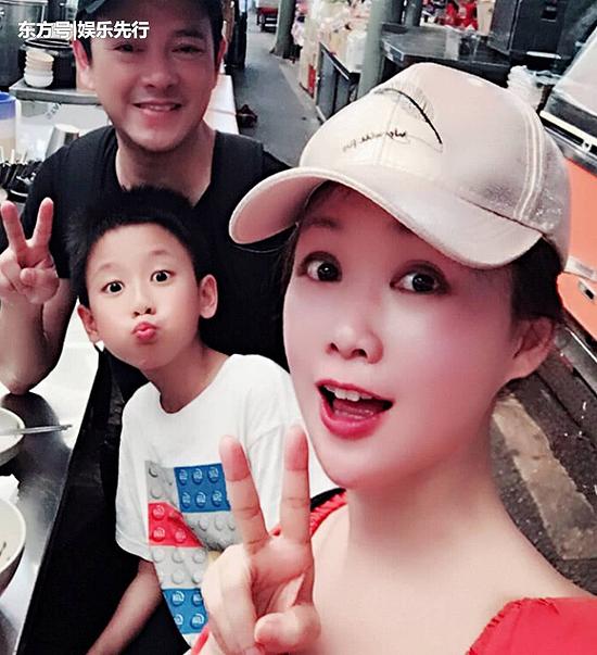 Lương Tiểu Băng và chồng, Trần Gia Huy cùng con trai.