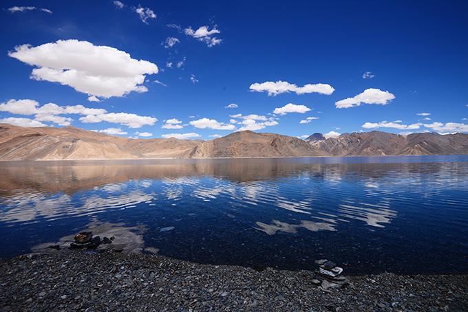 Ladakh - tại sao phải đi một lần trong đờiLadakh là khu vực bí ẩn của đất nước Ấn Độ, đòi hỏi khách du lịch kể cả địa phương hay nước ngoài, khi muốn tham quan toàn bộ vùng đất này đòi hỏi phải chuẩn bị rất nhiều giấy thông hành đặc biệt.Ladakh - tại sao phải đi một lần trong đời - 7