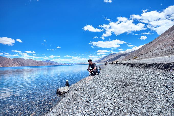Ladakh - tại sao phải đi một lần trong đờiLadakh là khu vực bí ẩn của đất nước Ấn Độ, đòi hỏi khách du lịch kể cả địa phương hay nước ngoài, khi muốn tham quan toàn bộ vùng đất này đòi hỏi phải chuẩn bị rất nhiều giấy thông hành đặc biệt.Ladakh - tại sao phải đi một lần trong đời - 8