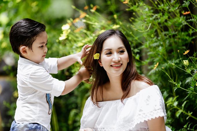 Khánh Thi lại được mọi người khen trẻ trung hơn về ngoại hình và tính cách nhờ có chồng trẻ.