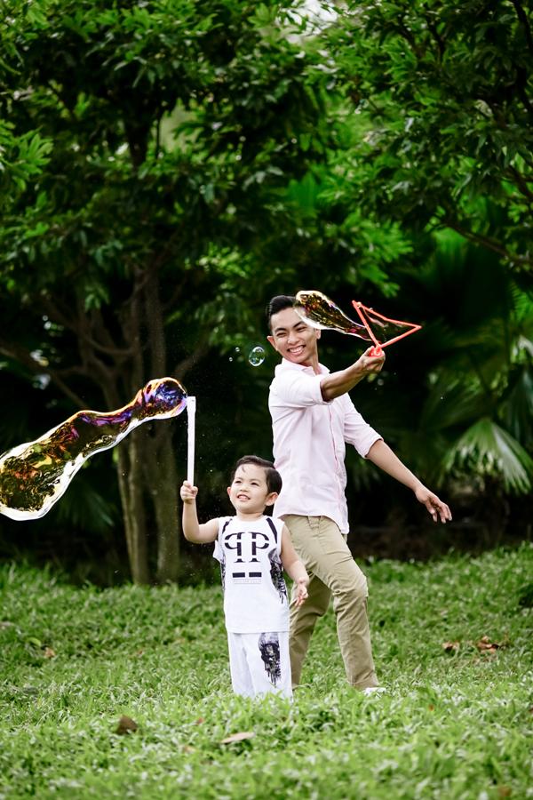 Phan Hiển dù ít tuổi hơn vợ nhưng rấttâm lý và hết mực yêu thương các con.