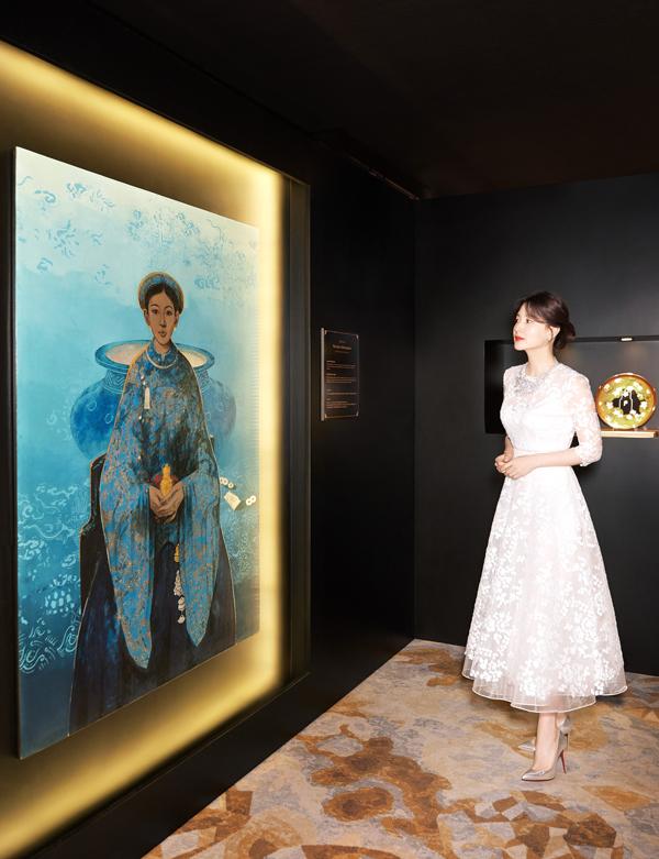 Dịp này, nữ diễn viên xứ Hàn có dịp chiêm ngưỡng các tác phẩm trong triển lãm The Royal Art - Bichup. Mỗi bức tranh lấy cảm hứng từ Bichup kết hợp cùng các nghệ sĩ hàng đầu châu Á, dưới hình thức tranh đính hạt pha lê, nghệ thuật gốm sứ, cắt giấy... Triển lãm truyền tải thông điệp của Whoo về sự gìn giữ tinh hoa nghệ thuật của các nước châu Á, vừa thể hiện nét đẹp đa tầng của Bichup trong cách suy nghĩ và sáng tạo từ mỗi nghệ sĩ.