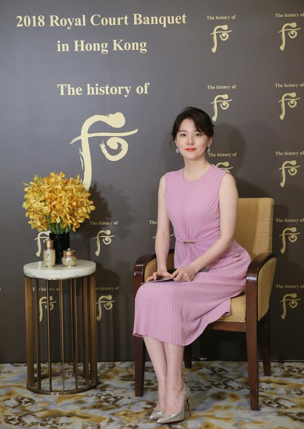 Lee Young Ae - biểu tượng nhan sắc một thời của màn ảnh xứ Hàn giờ đã ngấp nghé 50. Mới đây, nữ diễn viên Nàng Dae Jang Geum tham dự sự kiện toàn cầu 2018 Royal Court Banquet với tư cách là đại sứ của một thương hiệu mỹ phẩm The history of Whoo, được tổ chức tại Hong Kong (Trung Quốc).