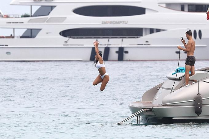 Dimitrov dùng điện thoại ghi lại cú nhảy của bạn gái từ du thuyền xuống biển.