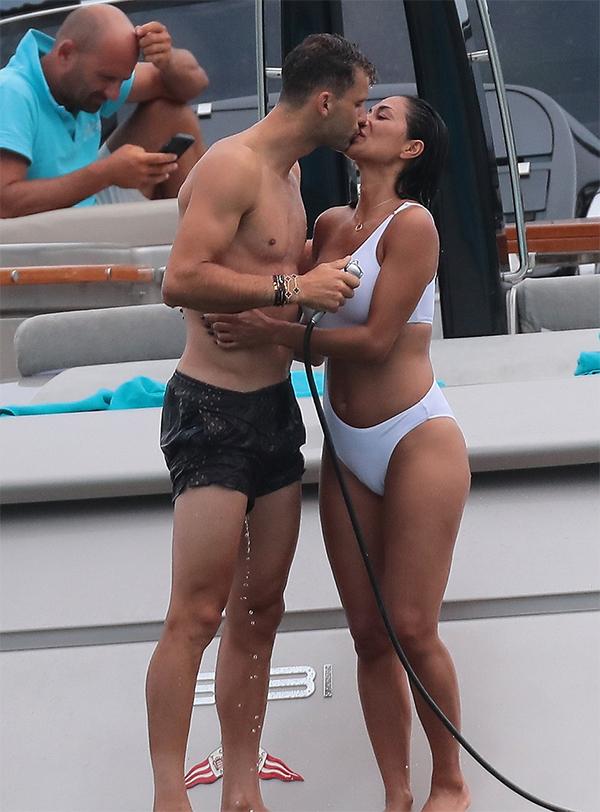 Cặp đôi vô tư hôn nhau trên du thuyền có mặt những người bạn.