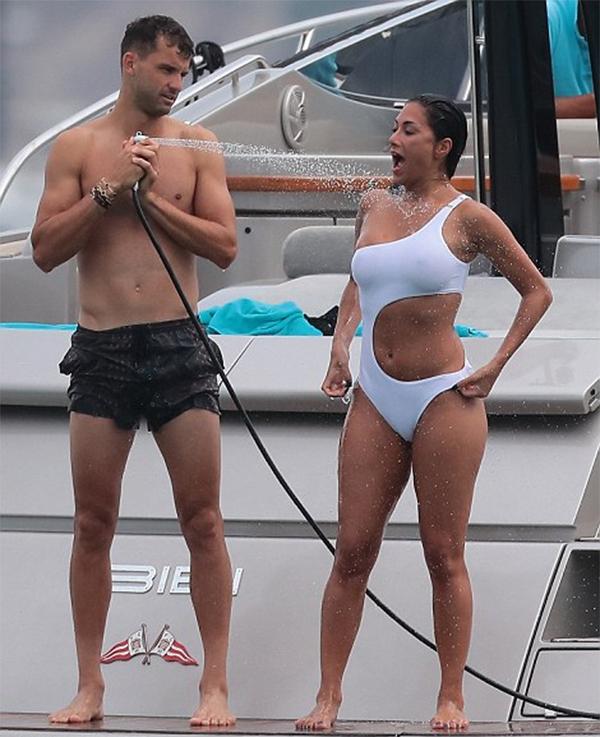 Nicole Scherzinger hơnDimitrov tới 13 tuổi. Tuy vậy, cô được bạn trai rất chiều chuộng.