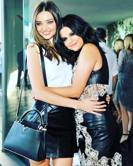 Miranda đăng ảnh thân thiết bên Selena.