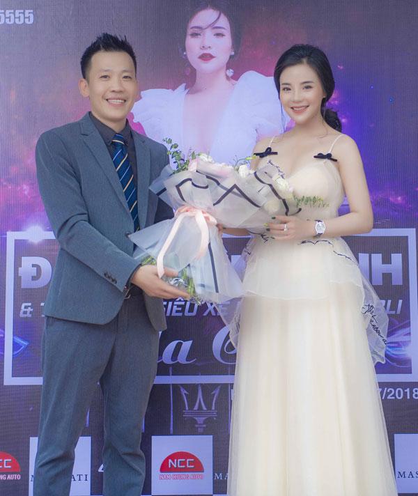 Ông Trần Anh Tú - Phó Giám đốc của công ty tặng hoa cho người đẹp.