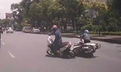 Hai phụ nữ suýt bỏ mạng vì mải 'tám chuyện', chạy xe sát nhau