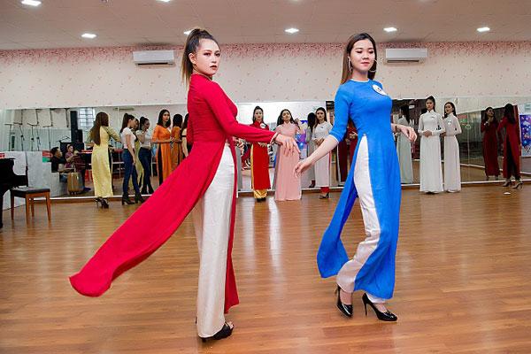 Các thí sinh tự tin catwalk sau khi được Hoa hậu Janny Thủy Trần thị phạm.
