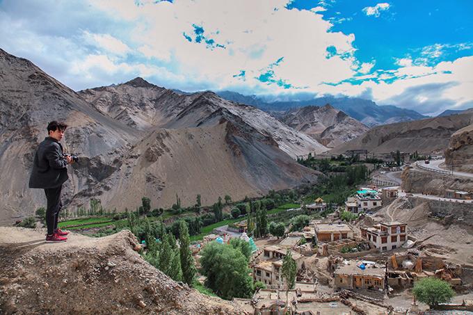 Ladakh - tại sao phải đi một lần trong đờiLadakh là khu vực bí ẩn của đất nước Ấn Độ, đòi hỏi khách du lịch kể cả địa phương hay nước ngoài, khi muốn tham quan toàn bộ vùng đất này đòi hỏi phải chuẩn bị rất nhiều giấy thông hành đặc biệt.Ladakh - tại sao phải đi một lần trong đời - 12