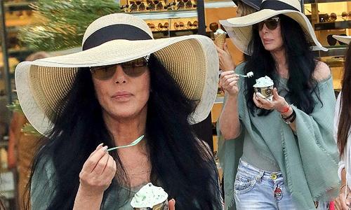 Cher 72 tuổi vẫn trẻ trung với quần jeans và áo trễ vai