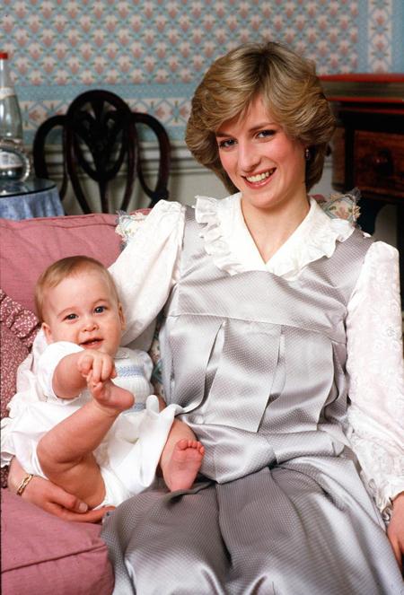 Cố công nương Diana bên Hoàng tử William ngày nhỏ. Ảnh: Royal UK.