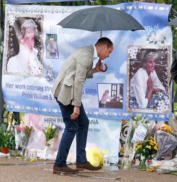 Hoàng tử William tới thăm nơi tưởng niệm mẹ bên ngoài Điện Kengsington. Ảnh: Royal UK.