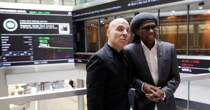 Nhà sáng lập Merck Mercuriadis (trái)và nghệ sĩcố vấn Nile Rodgers tại sànLondon ngày phát hành cổ phiểuquỹ bài hát. Ảnh: London Stock Exchange.