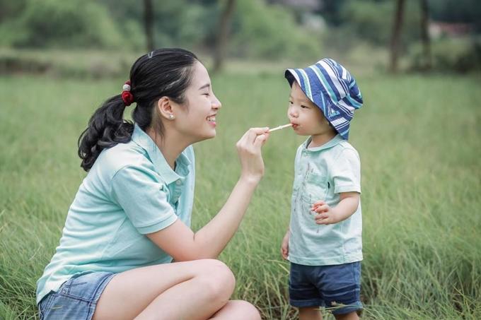 Bé Mint, con trai chị Trang, tròn hai tuổi, hay cười và thích các trò chơi vận động.