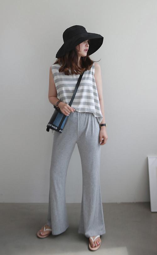 Đối với dòng thời trang dạo phố, trang phục kẻ sọc được phối hợp ngẫu hứng hơn. Các kiểu áo sát nách, chân váy ngắn, dép lê được mix - match cùng nhau.