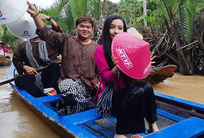 Băng Di rất hào hứng khi được ngồi ghe, khám phá sông nước miền Tây. Đi cùng thuyền với cô nhân tình trơ trẽn Băng Di trong chuyến đi này là ca sĩ Ôn Vĩnh Quang, người thể hiện ca khúc chủ đề của phim.