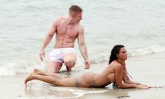 'Bom sex' Anh khỏa thân, ép bồ trẻ tình tứ trên bãi biển
