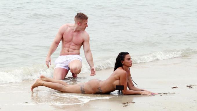 Katie Price và phi công trẻ kém 11 tuổi Kris Boyson tận hưởng kỳ nghỉ dài ở bãi biển Koh Samui, Thái Lan vào tuần trước. Sau khi lộ loạt ảnh thả ngực trần tắm biển, Katie lại táo bạo hơn khi khỏa thân hoàn toàn.