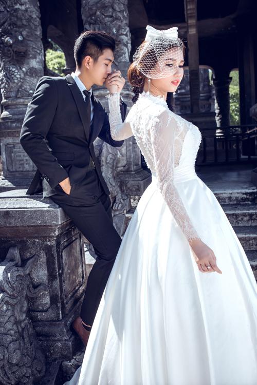Cô dâu có thể quay mặt về phía ống kính còn chú rểhôn nhẹ lên bàn tay tân nươngđể bức ảnh có đượcsự kết nối.
