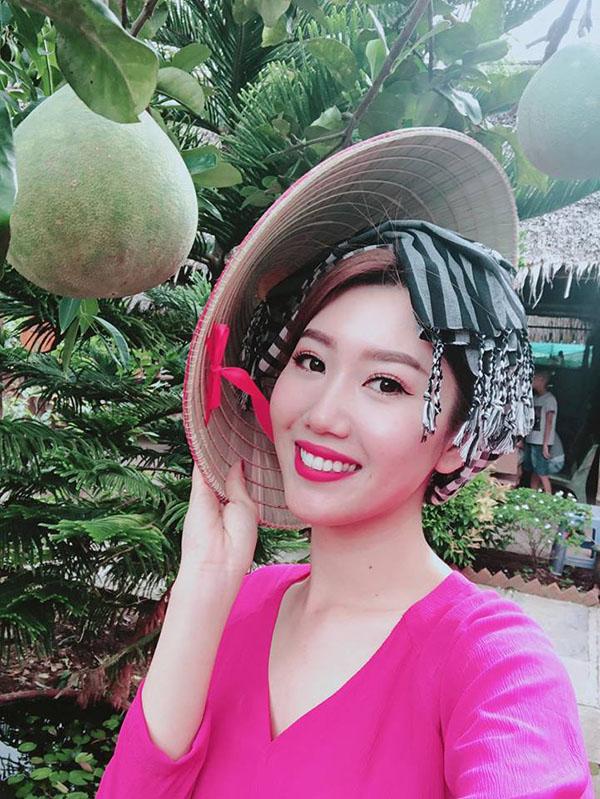 Nữ diễn viên nhí nhảnh tạo dáng bên cây trái miền Tây. Ngoài đời, Thúy Ngân là một người rất hòa đồng, vui tính, trái ngược hoàn toàn với vẻ chảnh chọe, hỗn láocủa nhân vật Hân. Trước khi theo đuổi con đường đóng phim, cô từng giành ngôi vịNữ hoàng Trang sức Việt Nam 2009.